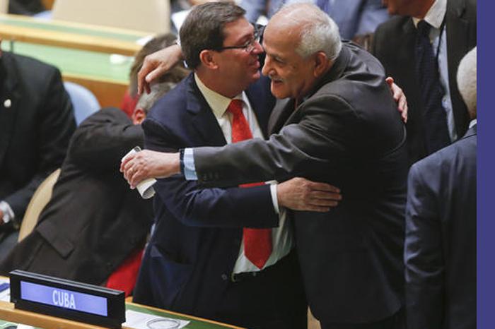 Foto: AP. Embajador palestino Riyad Mansour abraza al Ministro extranjero de Cuba Bruno Rodríguez después de la resolución del voto en la Asamblea General de la ONU.