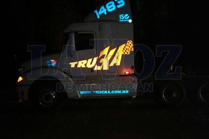 Foto: La Voz de Michoacán. Policía-Federal-recupera-dos-camiones-robados-en-la-carretera-Zamora-Ecuandureo
