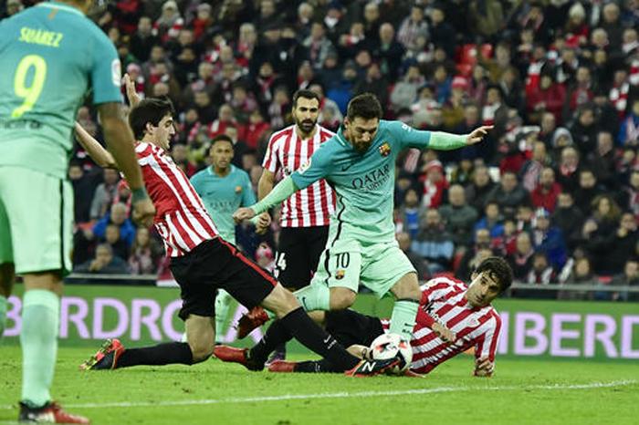 Foto: AP. La genialidad del delantero argentino Lionel Messi se hizo presente en el Camp Nou al cobrar de manera espectacular un tiro libre de zurda.