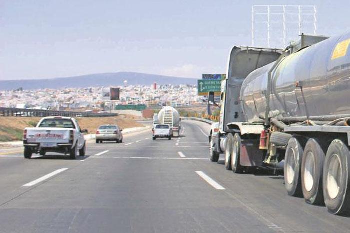 Foto: El Universal. Cerca de 500 personas del Estado de México bloquearon la circulación en rechazo al precio de la gasolina.