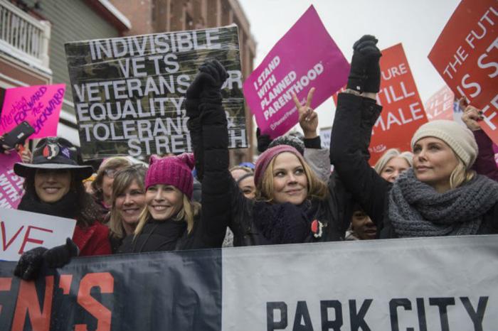 Foto: Internet. La actriz Charlize Theron ecabezó la marcha de las mujeres.