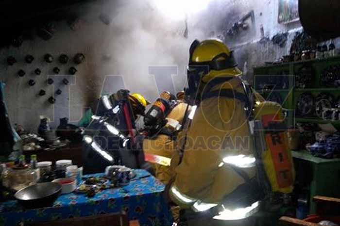 Foto: La Voz de Michoacán. Bomberos controlan incendio en el Centro de Zacapu.