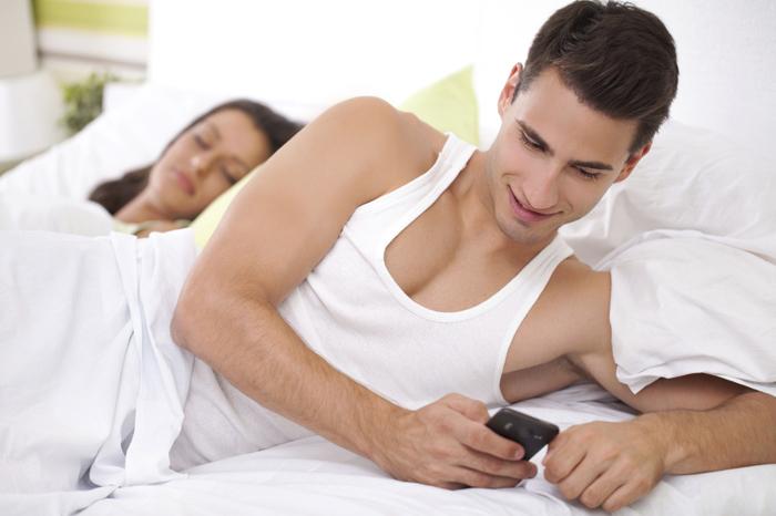 Foto: Internet. Señales de que tu pareja te engaña emocionalmente.