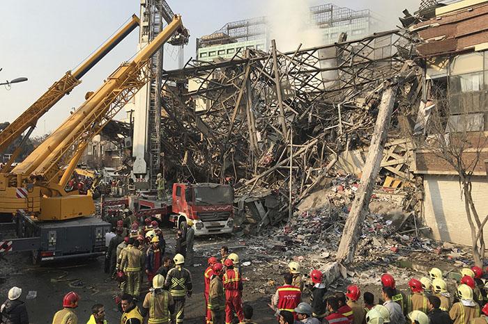Foto: Ap. La tragedia afectó al edificio Plasco, una estructura icónica en el centro de Teherán, justo al norte de un concurrido bazar de la capital iraní.