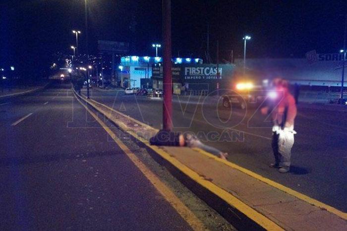 Foto: La Voz de Michoacán. Volcadura de camioneta deja un muerto y 11 heridos en el Libramiento de Morelia.