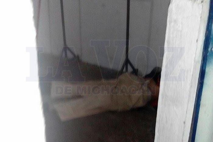 Foto: La Voz de Michoacán. Autoridades investigan muerte de un hombre en vecindad de Los Reyes.