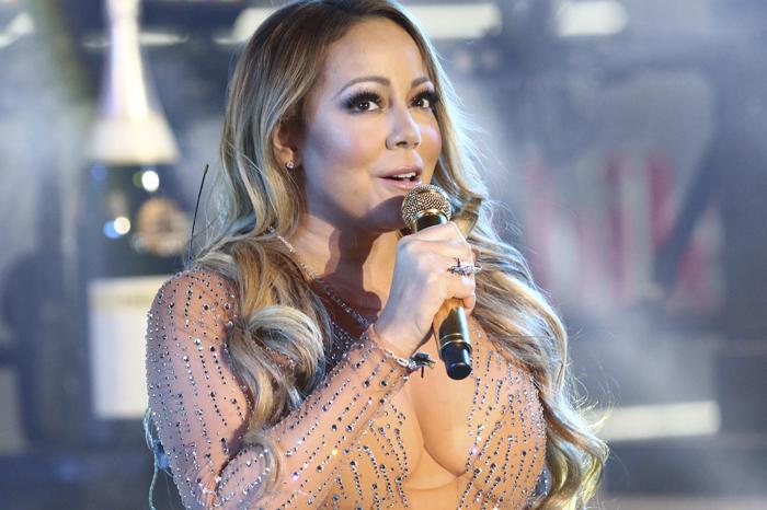 Foto: AP. Mariah Carey deja de cantar en su actuación en Times Square.