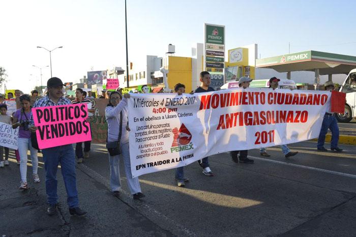 Foto: Samuel Herrera Jr. A la marcha llegó un camión con estudiantes de Tiripetío.