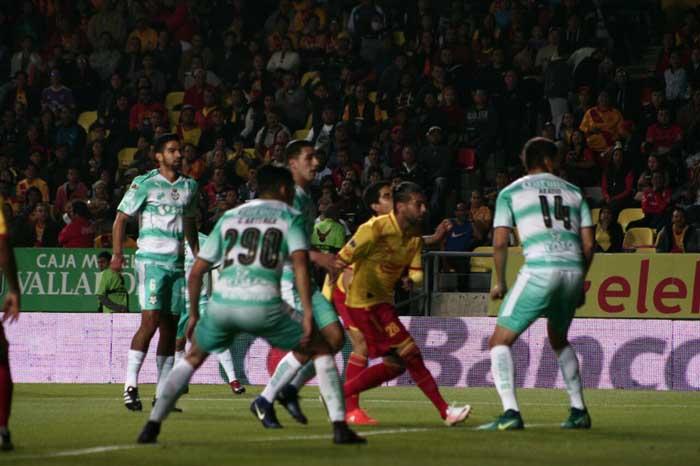 Foto: Victor Ramirez. Monarcas y Santos se enfrentaron en el estadio Morelos.