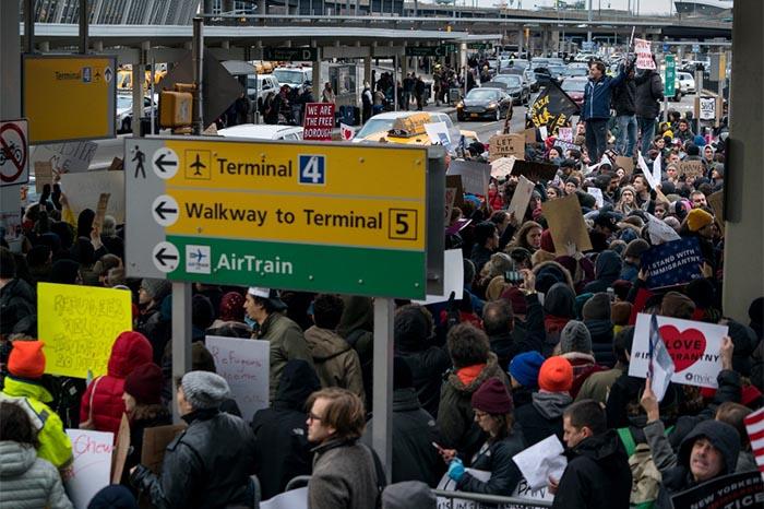 foto: Agencias. Los comisionados del Puerto de Seattle, que gestionan el aeropuerto, emitieron un comunicado criticando la orden ejecutiva de Trump.