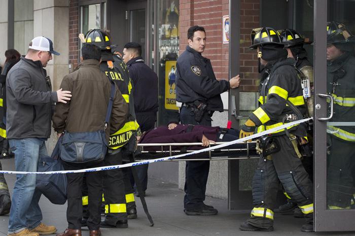 Foto: AP. Algunas personas fueron trasladadas en camillas.
