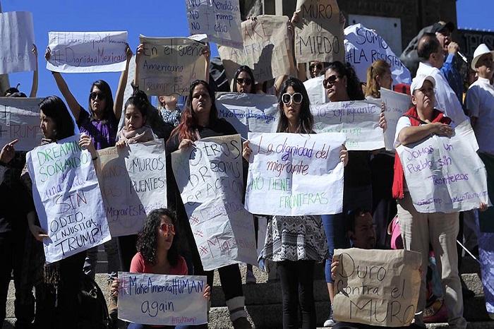 Foto: Agencias, Alrededor de 300 personas, de al menos tres grupos sociales, protestaron este medio día sobre las aceras de Paseo de la Reforma.