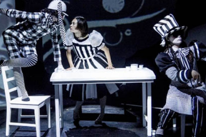 """Foto: Notimex. Un teatro arranca el 2017 con los montajes """"Alicia"""" y """"Do not disturb""""."""