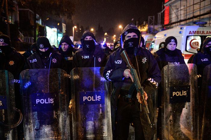 Foto: AP. Policías con equipo antimotines, metralletas y camiones blindados bloqueaban la zona cercana al club nocturno.