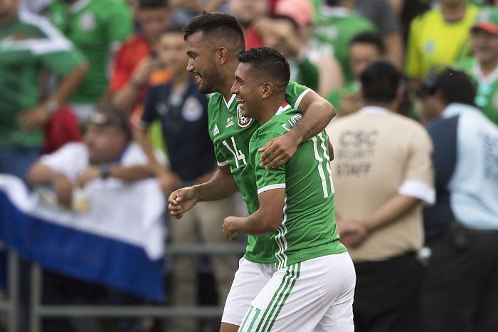 Foto: Twitter. Elias Hernández y hedgardo Marin celebrando gol.
