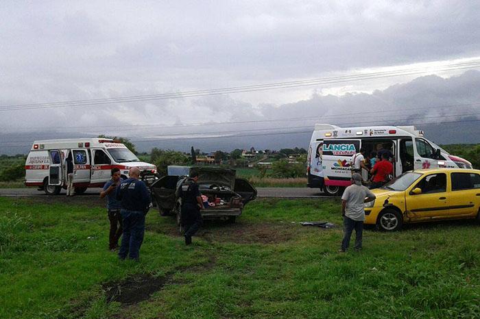 Siete heridos leves en choque-volcadura de dos autos