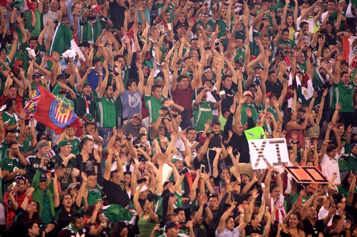 Foto: IMAGES STRAFFON. En el Estadio de la Universidad de Phoenix esta noche la porra apoya a la Selección Mexicana.