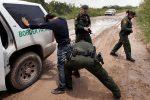 Foto: Agencias. Los inmigrantes son acusados en una corte federal de cruzar de manera ilegal la frontera.