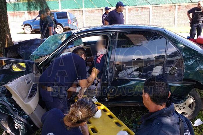 HUIRAMBA Auto choca contra un árbol, copiloto pierde la vida (18)