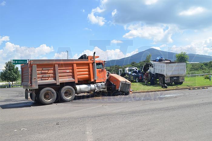 MORELIA Chocan dos camiones de carga en Morelia (4)