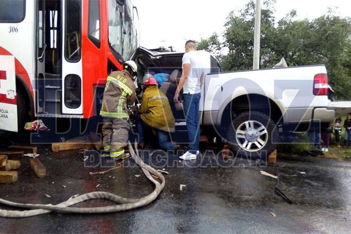 URUAPAN Cuatro heridos en choque de camioneta y microbus (2)