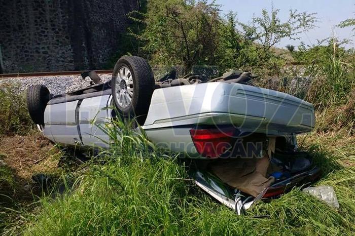 YURÉCUARO Auto cae de un puente (1)