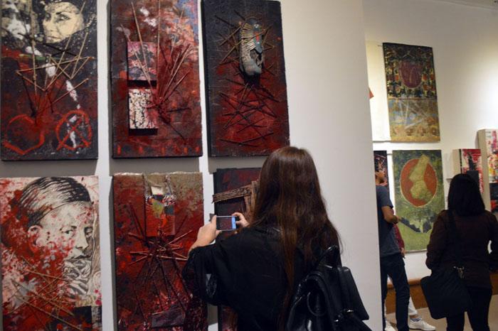 Foto: Samuel Herrera.  El color rojo predomina en la exposición.
