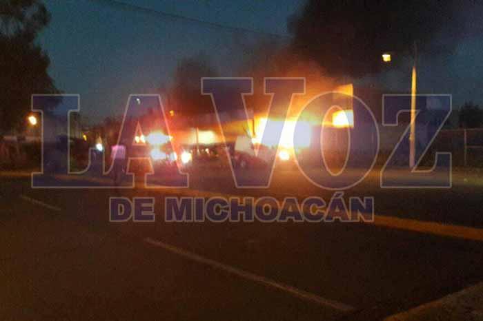 ZAMORA Con bombas molotov provocan incendio de lote de autos usados en Zamora (4)