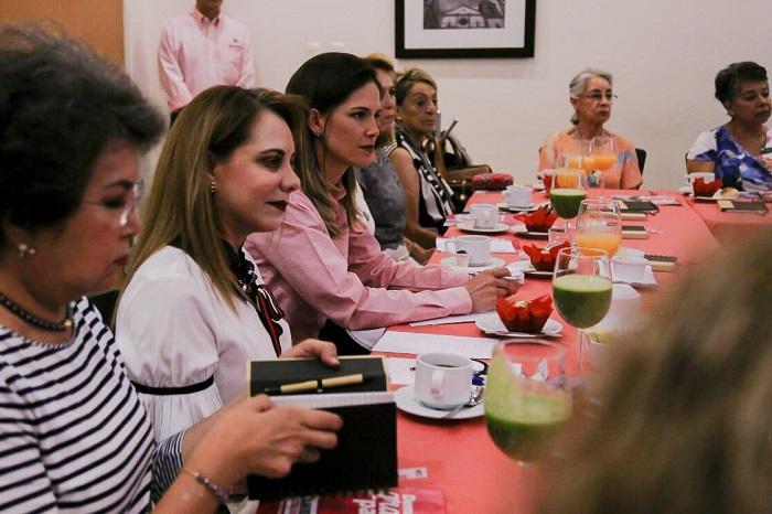 Daniela de los Santos propone simplificación de trámites y generación de empleos