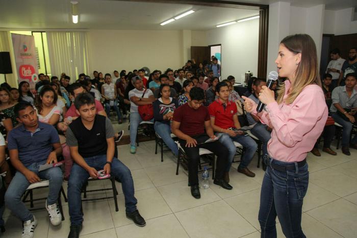 Daniela de los Santos promete empleos a jóvenes