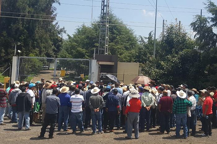 Comuneros protestan afuera de cfe por suspensi n de for Fuera de convenio 2018