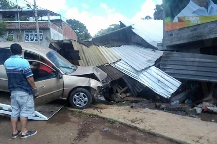TACÁMBARO 10 heridos deja choque de auto contra vivienda