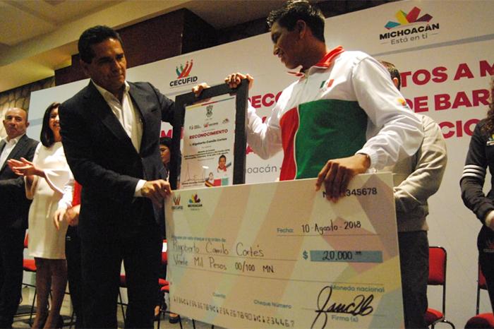 entregan estimulos a medallista de centroamericanos