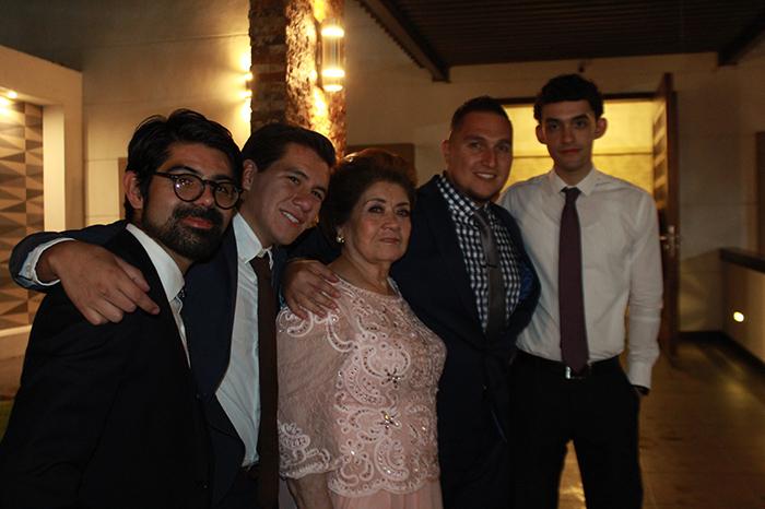 5 La festejada rodeada de sus nietos Óscar Mendoza, Sergio, Rafael y Luis Enrique Aguilar