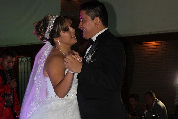 Pareja de recien casados muy felices