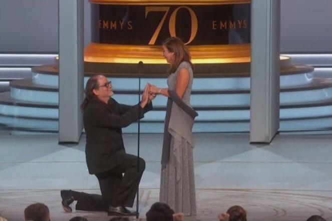 Ya con ella en el escenario Weiss sacó un anillo y le explicó que perteneció a su madre