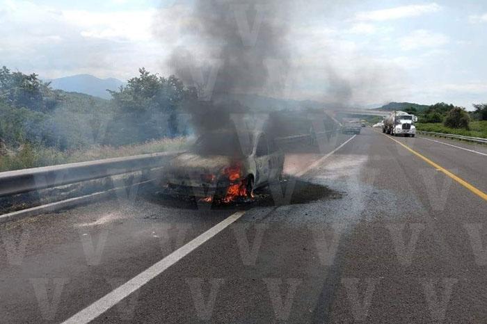 TARETAN Arde automóvil sobre la Autopista Siglo XXI (1)