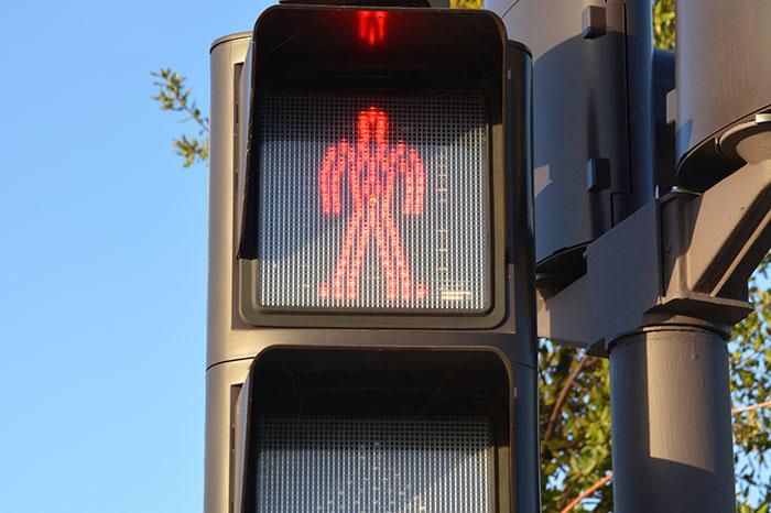 semáforo para peatones en rojo