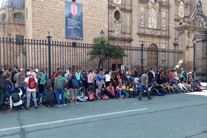 normalistas frente a catedral se manifiestan