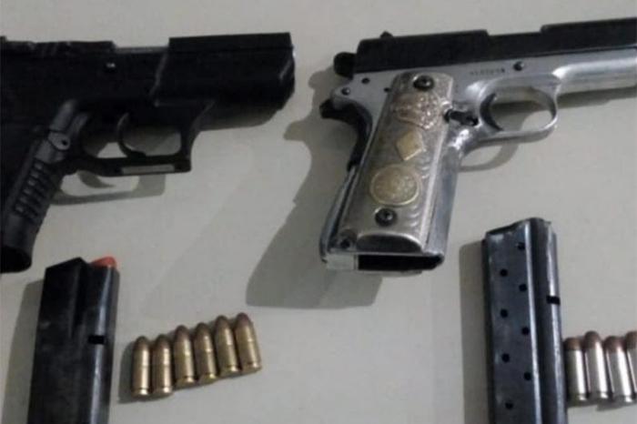 detienen a una persona con armas