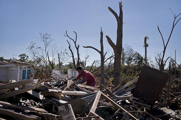 Venezuela entrega a Cuba ayuda tras daños por tornado