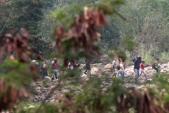 Escolares venezolanos pasan a Colombia para ir a clases