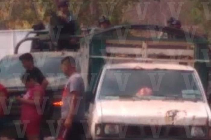 Humillan, desarman y retienen a militares en La Huacana, Michoacán