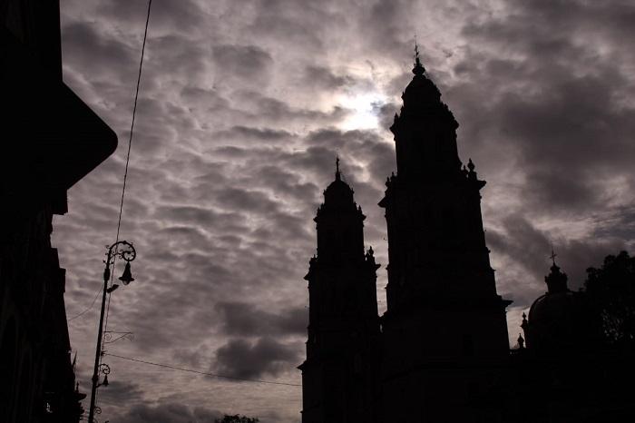 Será un domingo con cielo parcialmente nublado y posibles lluvias en Morelia - La Voz de Michoacán