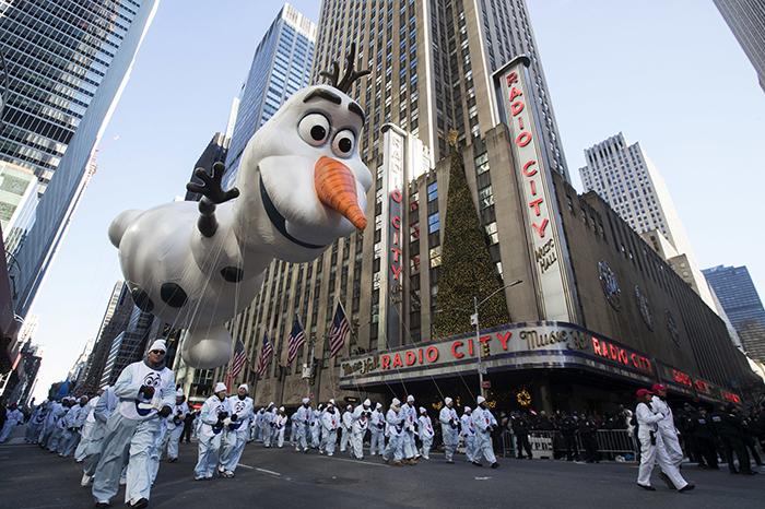 Pese a viento, realizan desfile de Día de Gracias en Nueva York