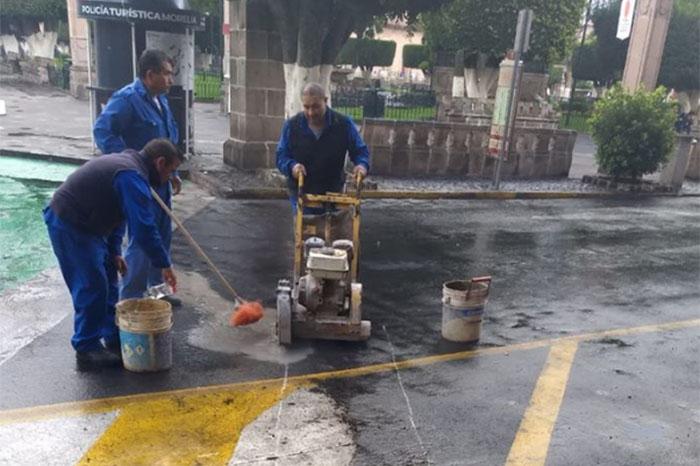 Video | Construcción de descarga sanitaria provoca caos en el centro; cierran Abasolo - La Voz de Michoacán