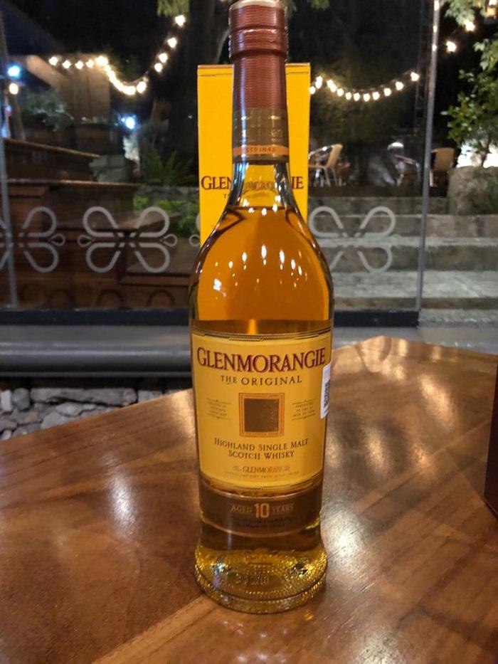 Glenmorangie Original, una malta única de diez años de antigüedad, de crecimiento lento y secado al aire, en el que se desarrolla un equilibrio dulce y cremoso. Perfecto para disfrutar en cualquier momento. Su aroma es cítrico y a al probarlo primero se detecta la vainilla en la lengua antes de que se ondule a lo largo del paladar, trayendo un estallido de frutosidad floral, momentos después queda un sabor a naranja. Este whisky ha ganado 5 premios.