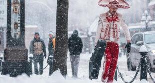 La fotografía de un mariachi se hizo viral tras ser captado caminando en la nieve en Vancouver, Canadá