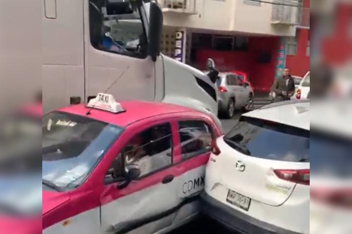 VIDEO | Tras chocar contra un taxi, trailero borracho intenta huir y embiste otros 5 autos, en la CdMx